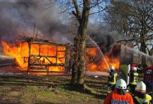 •Der Lagerschuppen mit Materialien für die Elmloher Reitertage wurde beim Brand von den Flammen zerstört. Foto: Scheiter